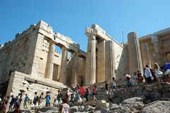 Touristes visitant l'Acropole - temple de parthenon Photo stock