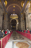Touristes visitant la basilique de St Peter Images stock