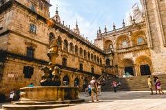 Touristes visitant la cathédrale du ` s de Santiago de Compostela Photographie stock libre de droits