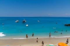 Touristes visitant la plage du village d'Agios Nikitas, Leucade, îles ioniennes, Gree photo libre de droits