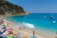 Touristes visitant la plage du village d'Agios Nikitas, Leucade, îles ioniennes, Gree photographie stock