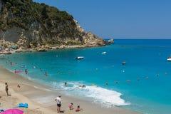 Touristes visitant la plage du village d'Agios Nikitas, Leucade, îles ioniennes, Gree image stock
