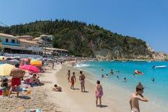 Touristes visitant la plage du village d'Agios Nikitas, Leucade, îles ioniennes, Gree photos stock