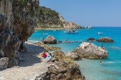 Touristes visitant la plage du village d'Agios Nikitas, Leucade, îles ioniennes, Gree image libre de droits