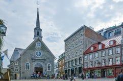 Touristes visitant la vieille église dans le Canada de Québec Photo stock