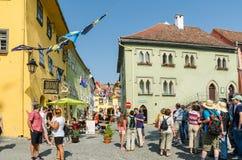 Touristes visitant la ville médiévale Photo stock