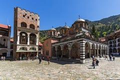 Touristes visitant le monastère du saint Ivan John du monastère de Rila Rila, Kyustendil R photographie stock libre de droits