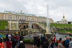 Touristes visitant le palais grand de Peterhof, la cascade grande, la fontaine de Samson St Petersburg, Russie Photo libre de droits