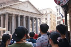 Touristes visitant le Panthéon à Rome images libres de droits