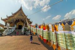 Touristes visitant le pays chez le temple ou le Wat Ban Den bleu grand Photos libres de droits