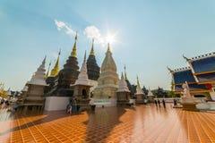 Touristes visitant le pays chez le temple ou le Wat Ban Den bleu grand Images libres de droits