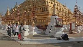 Touristes visitant le pays la pagoda de Shwezigon banque de vidéos