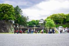 Touristes visitant le pont de Seimon Ishibashi Nijubashi, le pont le plus célèbre au palais impérial à Tokyo photographie stock libre de droits