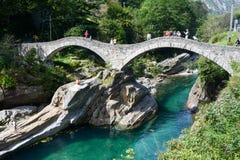 Touristes visitant le pont romain célèbre au varech Photos libres de droits