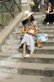 Touristes visitant le Sacré Coeur, Paris Photos stock