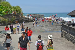 Touristes visitant le temple du sort de Tanah, Bali Photographie stock libre de droits