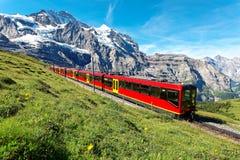 Touristes voyageant sur un train de roue dentée du chemin de fer célèbre de Jungfrau à partir du dessus de Jungfraujoch de l'Euro photo libre de droits