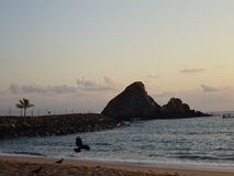 Touristic назначение - пляж Khorfakkan в Объединенных эмиратах стоковое изображение rf