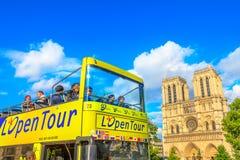 Touristic шина в Париже стоковое фото