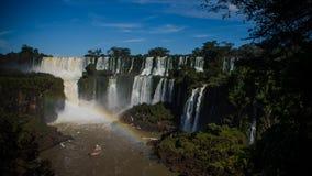 Touristic шлюпка около водопадов Iguazu, от аргентинки стоковые фотографии rf