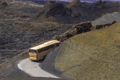 Touristic buss i Timanfayaen royaltyfri bild