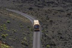 Touristic buss i Timanfayaen fotografering för bildbyråer