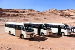Touristic bussar i öken Arkivfoton