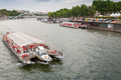 Touristic skepp fungerings av Bateaux Parisiens Arkivfoton