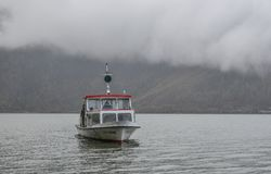 Touristic skepp på Hallstatt sjön, Österrike royaltyfri fotografi