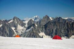 Touristic tält i det stora berget Arkivfoto