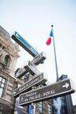 Touristic teckenstolpe Paris nära Louvre fotografering för bildbyråer
