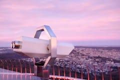 Touristic teleskop som ser staden av Stuttgart, Tyskland arkivbild