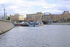 Touristic waterbusstopp i Moskva Fotografering för Bildbyråer