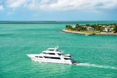 Touristic yacht som svävar nära den gröna ön på Key West, Florida Arkivbild