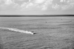 Touristic yacht som svävar på turkosvatten på Key West, Florida Arkivfoton