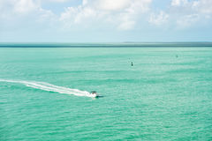 Touristic yacht som svävar på turkosvatten på Key West, Florida Royaltyfri Foto