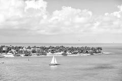 Touristic yacht som svävar vid den gröna ön på Key West, Florida Royaltyfria Foton