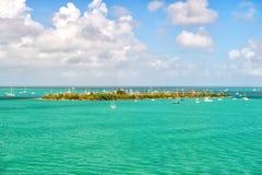 Touristic yachter som svävar nära den gröna ön på Key West, Florida Arkivfoto