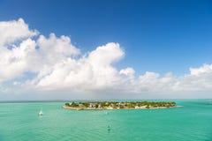 Touristic yachter som svävar nära den gröna ön på Key West, Florida Royaltyfri Bild
