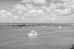 Touristic yachter som svävar vid den gröna ön på Key West, Florida Royaltyfria Bilder