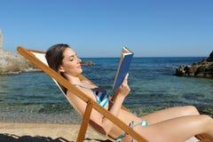 Touristisch, ein Buch auf einer Hängematte auf dem Strand lesend lizenzfreies stockfoto