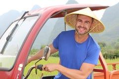 Touristisch, ein tuk-tuk in Asien fahrend lizenzfreies stockfoto