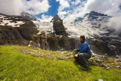 Touristisch, eine Berglandschaft aufpassend stockfotografie