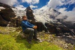 Touristisch, eine Berglandschaft mit Gletschern und nahe gelegenem Erholungsort der Spitzen von Kandersteg, die Schweiz aufpassen lizenzfreie stockbilder