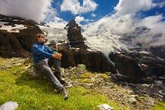 Touristisch, eine Berglandschaft mit Gletschern und nahe gelegenem Erholungsort der Spitzen von Kandersteg, die Schweiz aufpassen lizenzfreie stockfotos