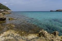 Touristisch, Felsen durch das Mittelmeer auf der Insel von Ibiza stockbild