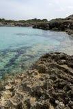 Touristisch, Felsen durch das Mittelmeer auf der Insel von Ibiza stockfotografie