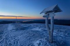 Touristisch unterzeichnen Sie herein den Wintermorgensonnenaufgang stockfotos
