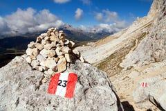 Touristisch unterzeichnen Sie herein Dolomitalpenberge, Italien stockbild