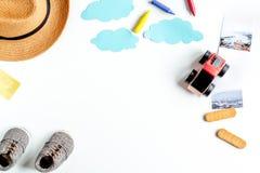 Touristische Ausstattung für Reise mit Draufsichtmodell des Kinderweißem Hintergrundes stockfotografie